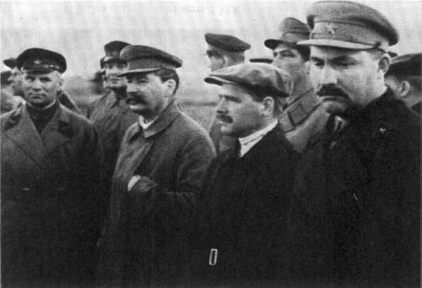 И. Сталин с охраной