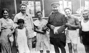 И. Сталин с семьей