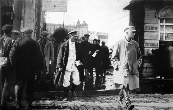 Сталин И.В. в сопровождении сотрудников отделения правительственной охраны ОГПУ. Фото. Конец 1920-х
